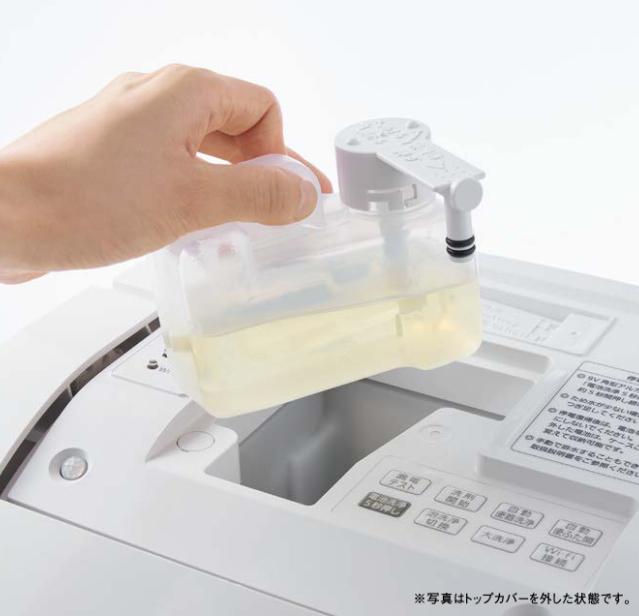 洗剤補充は、上部からタンクを外してボタンを押すだけ